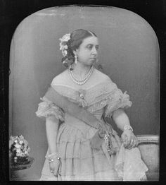 Queen Victoria in 1840 at age This may be the earliest photograph ever taken of her. It is unknown if this is a daguerreotype or a calotype. Queen Victoria Family, Queen Victoria Prince Albert, Victoria Reign, Victoria And Albert, Princess Victoria, Royal Queen, King Queen, Queen Mary, Reine Victoria