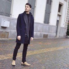 2016-01-10のファッションスナップ。着用アイテム・キーワードはコート, サイドゴアブーツ, チェスターコート, ブーツ, マフラー・ストール, 黒パンツ,etc. 理想の着こなし・コーディネートがきっとここに。| No:134005
