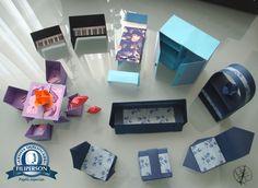 [Terceira postagem (adiantada) do mês de Julho de 2016 - OrigaMinis e Caixas] Para saber mais, acesse o Abraços Dobrados Parceria Filiperson, e você encontrará o passo-a-passo dos móveis, e qual papel utilizar. Aqui, para enfeitar a caixa internamente, eu usei o lançamento da Decor: Mosaico 01. A parte externa eu usei tecido, ok?! O papel já está à venda na loja virtual, é só acessar: www.lojafilipaper.... Abraços Dobrados Minis, hahaha