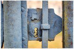 Joli portail d'un petit château sur la route de... - jarri mimram