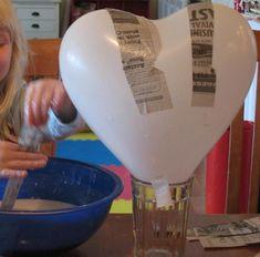 Groot hart van papier mache maak je met een ballon (hartvormig), behangerslijm, kranten en acrylverf. Maak je een (mega) groot hart voor Valentijn of als