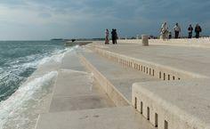 Zenél a tenger – hatalmas víz-orgona a horvát tengerparton - A hatalmas kőből faragott tengeri-orgona sípjait a tenger hullámai szólaltatják meg Zadar városában a márvány mólón.A hatalmas kőből faragott tengeri-orgona sípjait a tenger hullámai szólaltatják meg Zadar városában a márvány mólón. A különleges hangszert Nikola Basic horvát építész készítette a háború sújtotta Zadar város számára, hogy egy kis zenét adjon vissza a térségbe. A természet alapú hangszer 35 orgonasípja a város márvány
