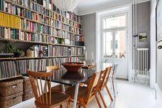 Esa librería es lo que necesito ... my scandinavian home: A relaxed and inviting Stockholm space