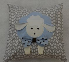 Almofada Decorativa bebê ovelha Sheep Crafts, Baby Sandals, 4 Kids, Crochet Projects, Kids Rugs, Quilts, Sewing, Patch Aplique, Cute