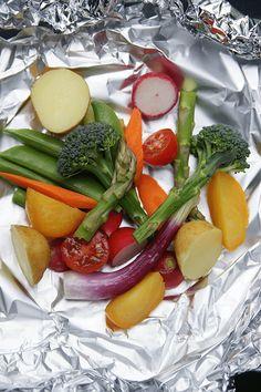 Fisk och sommargrönt med en krämig vittvin- och citronsås i foliepaket.C02789