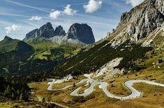 Pordoijoch – der höchste Pass an der Großen Dolomitenstraße. Und der Langkofel. Links Fünffingerspitze und Grohmannspitze