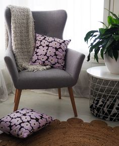 Helppo ohje tyynynpäällisen ompeluun - Punatukka ja kaksi karhua Wingback Chair, Accent Chairs, Sewing, Amazing, Furniture, Home Decor, Upholstered Chairs, Dressmaking, Decoration Home