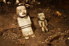 Relics discovered in Mexico's Teotihuacan. Some relics have been discovered in Mexico in the ancient city of Teotihuacan, Mexican archaeologists say. The objects were found inside a sacred tunnel that was sealed about 1800 years ago. Yi King, Objets Antiques, Le Sphinx, Aztec Ruins, Archaeology News, Archaeological Discoveries, Mesoamerican, Ancient Artifacts, Ancient Civilizations