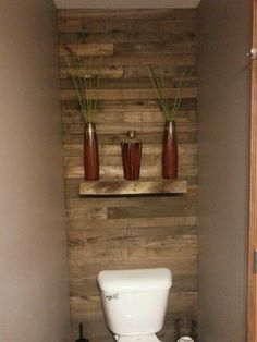Pallet wall behind bathroom toilet