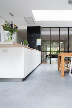 Beton Design, Floor Colors, Steel Doors, Home Living Room, Cool Kitchens, Home Interior Design, Interior Inspiration, New Homes, Flooring