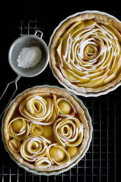 Hoy os traigo un pastel de manzana  o tarta de manzana  fácil, lo decoramos dando forma de rosas, lo que nos da como resultado un precios...
