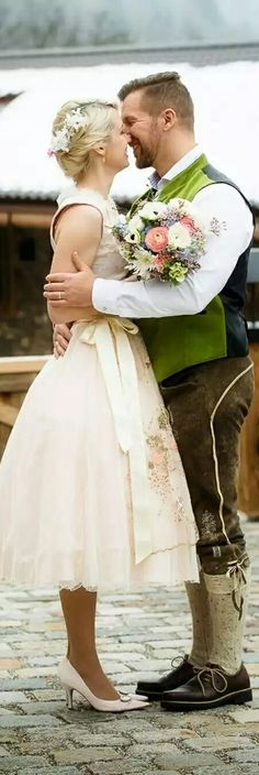 ZarteTracht trifft rustikale Lederhosn  kurzes, zartrosa-farbenes Braut-Dirndl // kleinerStrauß // Blüten-Haarkamm // Bräutigam inTracht #dirndl#trachtenhochzeit #bayern#lederhose#fashion#wedding