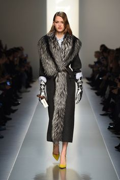 Best Of Winter Fashion Trends 2019 For Women That You Need To Check Out - If you wonder about what to wear in this winter and look trending as well as stylish then here are - Dolly Fashion, Fur Fashion, Winter Fashion, Womens Fashion, Fashion Trends, Fashion Design, Cheap Fashion, Coats For Women, Clothes For Women