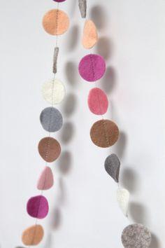 Slinger CIRKEL - Soft tone 1: vrolijke slinger met cirkels in diverse kleuren. Ca. 1,5 m lang, doorsnede cirkels ca. 2,5 cm. Naar wens op maat gemaakt in de door jou gewenste kleuren!