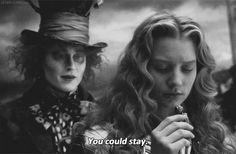 La verità è che il Cappellaio e Alice erano innamorati, ma erano di due mondi completamente diversi. Eppure nessuno si dimenticherà mai dell'altro e si sono promessi che un giorno si rincontreranno e continuano a sperarci senza mollare. Si dice che lui diventò Matto, ma di lei, e che lei lo sogni ogni notte. Si sono lasciati qualcosa di indelebile dentro, qualcosa che neanche la pazzia potrà cancellare.  #AliceinWonderland #Alicenelpaesedellemeraviglie