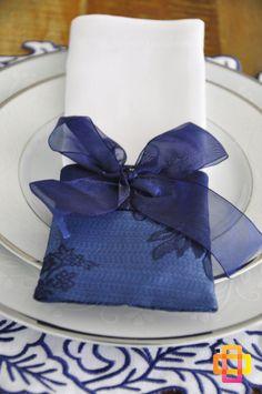 Porta servilleta con diseño en tela y cinta.