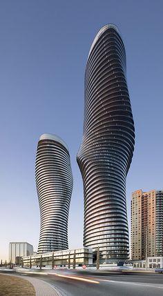"""Absolute Tower - Mississauga. Les architectes ont cherché à ajouter quelque chose de «naturaliste, de délicat et d'humain qui contraste  avec les immeubles """"boites"""" en toile de fond.     Hauteur : Tour 1 = 179.5 m ; Tour 2 = 158 m"""