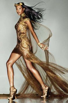 Sept Issue of Vogue UK, Naomi Campbell in a bespoke Alexander McQueen piece created by Sarah Burton for the London Olympic Closing Ceremony Vogue Uk, Beauty And Fashion, Gold Fashion, High Fashion, Womens Fashion, Luxury Fashion, Glitter Fashion, Hollywood Fashion, Style Fashion