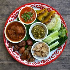 Here is a comprehensive Bangkok Cuisine Guide. The quality, variety and sheer abundance of food in Bangkok is legendary. Don't miss these fine Bangkok cuisines. Top Recipes, Asian Recipes, Healthy Recipes, Fish Recipes, Thai Food Dishes, Curry Dishes, Bangkok, Traditional Thai Food, Hotel Food