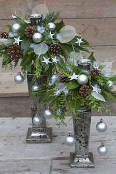 Idea for next year Christmas Flower Arrangements, Holiday Centerpieces, Christmas Flowers, Xmas Decorations, Flower Decorations, Christmas Time, Christmas Crafts, Christmas Ornaments, Outdoor Christmas