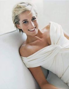 In advance of this spring's royal wedding, interest in Princess Diana is keen. Mario Testino shared a 'new' Diana in his famous images Diana, Princess of Wales as 'Diana Reborn' for Vanity Fair July Mario Testino, Lady Diana Spencer, Kate Middleton, Princess Diana Photos, Princess Of Wales, Real Princess, Princess Diana Hair, Princesa Diana, Pretty People