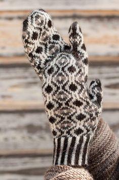 Ravelry: Vera Marguerite Mittens pattern by pamela wynne Knitted Mittens Pattern, Knit Mittens, Knitted Gloves, Knitting Socks, Hand Knitting, Knitting Patterns, Weaving Patterns, Fingerless Mittens, Wrist Warmers