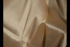 Ceci est une belle brocart tissu de soie de benarse pur de l'or.  Vous pouvez utiliser ce tissu pour faire des robes, des tops, chemisiers, vestes, de l'artisanat, des embrayages ou des sacs de...
