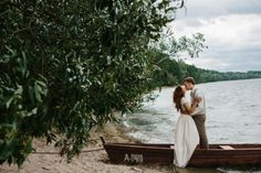 Canoe wedding photo by Maži Stebuklai