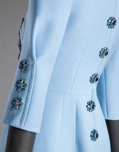 """КРЕПОВОЕ ПЛАТЬЕ С АППЛИКАЦИЕЙ """"РОЗА"""" И ВЫШИВКОЙ ПАЙЕТКАМИ   Онлайн-бутик Dolce&Gabbana"""