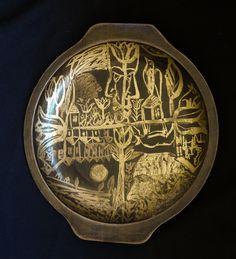 Platou din lemn, forma rotunda, decorat cu desen in schlagmetal auriu.