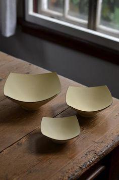 服部竜也展に展示中の角板皿とボウルです。フラットな四角い板状の皿(角板皿)は、色味と大きさが3種類になります。菓子皿や盛り付けプレートなどアイデアが活きる...