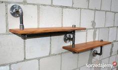 Nowoczesna, podwójna półka, wykonana z rur hydraulicznych stalowych oraz drewna.