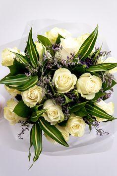 Vrei să îi transmiți că o vei iubi pentru totdeauna? Alege un buchet cu trandafiri albi. Aceştia simbolizează puritatea sentimentelor şi sinceritatea aşa că e o alegere ideală pentru a marca un moment important din viaţa de cuplu sau doar pentru a transmite o declarație de dragoste. Comandă acest buchet cu trandafiri albi şi aşteaptă-te la valuri de bucurie din partea ei!