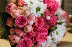 Splendido bouquet per la prima comunione con roselline a grappolo ficsia e margherite bianche Corflor design