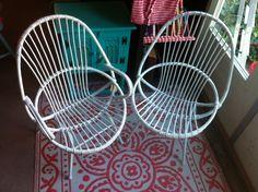 Vintage stoeltjes wit gespoten www.facebook.com/uitdeschuur