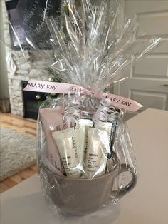 makeup in a cup gift basket Mary Kay Party, Mary Kay Cosmetics, Mothers Day Baskets, Mary Kay Ash, Diy Gift Baskets, Creative Gift Wrapping, Gifts, Hampers, Gift Ideas