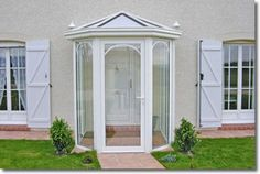 Very baby conservatory at rear? Glass Porch, Glass Roof, Small Conservatory, Sas Entree, Porch Enclosures, Garden Room Extensions, Open Plan Kitchen Diner, Front Porch Design, Dream House Exterior