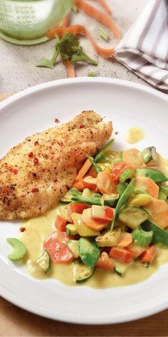 Diese leckere Gemüse-Pfanne bringt Farbe ins Spiel. Verfeinert mit Kokosmilch und Curry, passt die Pfanne hervorragend zu Fisch und Reis.