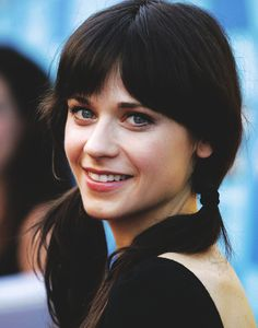 Zooey Deschanel, her bangs make her look so youthful! Zooey Deschanel Hair, Zooey Dechanel, Kelly Osbourne, Farrah Fawcett, Jessica Day, Workout Hairstyles, Side Bangs, Pretty Face, American Actress