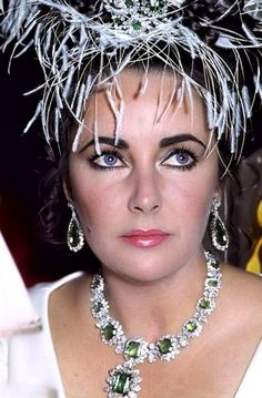 ¡Preciosa! Una gran leyenda de Hollywood... Luciendo su carísimo y bello collar y aretes de esmeraldas...