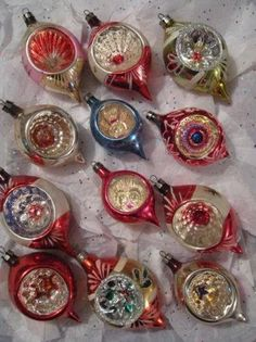 16 New Ideas For Vintage Christmas Tree Decorations Mom Retro Christmas Decorations, Antique Christmas Ornaments, Old Fashioned Christmas, Christmas Past, Vintage Ornaments, Christmas Tree Ornaments, Christmas Holidays, Christmas Mantels, Christmas Villages