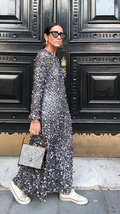 Evening dress with sneakers Dress With Converse, Dress With Sneakers, White Sneakers, Sneakers Street Style, Mein Style, Mesh Dress, Dress To Impress, Fashion Looks, Dope Fashion