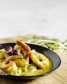 Courgettepasta is een goed alternatief voor gewone pasta. Het is gezond en makkelijk te maken. De scampi's en het currysausje geven het een pittige toets.