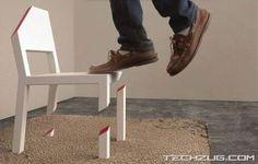 """[F]見ているだけで心配になる椅子。""""Cut Chair""""と名付けられており、椅子本体の1本脚とカーペット下にある台座が固定されている。"""