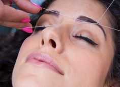 A depilação com linha elimina até os pelos mais pequenos, sendo por isso ótima para tirar os pelos a mais das sobrancelhas ;) #sobrancelhas #depilação #depilaçãolinha #eyebrows