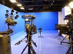 TV studio Chroma Key, Tv Set Design, Visual Effects, Filmmaking, Studio Ideas, Stage, Tutorials, Google, Labor Bag