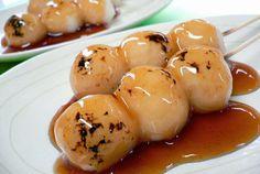 Mitarashi Dango, bolitas de masa de arroz.