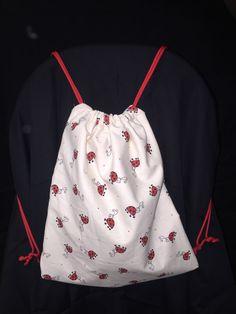 Bonjour, J'ai réalisé pour une petite Prune un sac à dos coccinelle, Prune est un nouveau né et il fallait un cadeau pratique qui grandisse avec elle. Ce sac à dos lui servira au début en mini sac à langer pour petit trajet, puis l'accompagnera à la crèche...