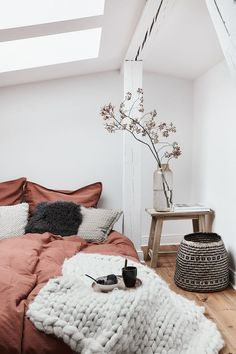 25 Cozy Bedroom Decor Ideas that Add Style & Flair to Your Home - The Trending House Cosy Bedroom, Home Decor Bedroom, Modern Bedroom, Bedroom Wall, Living Room Decor, Scandinavian Bedroom, Bedroom Ideas, Bedroom Furniture, Bedroom Rustic