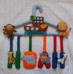 Percha personalizada, ideal para decorar una zona infantil. Más en facebook...mi rincón de fieltro-fieltrolandia.